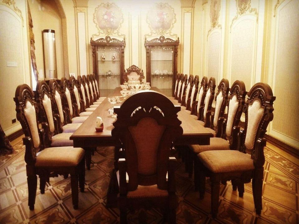Банкетный стол и стулья вид 3