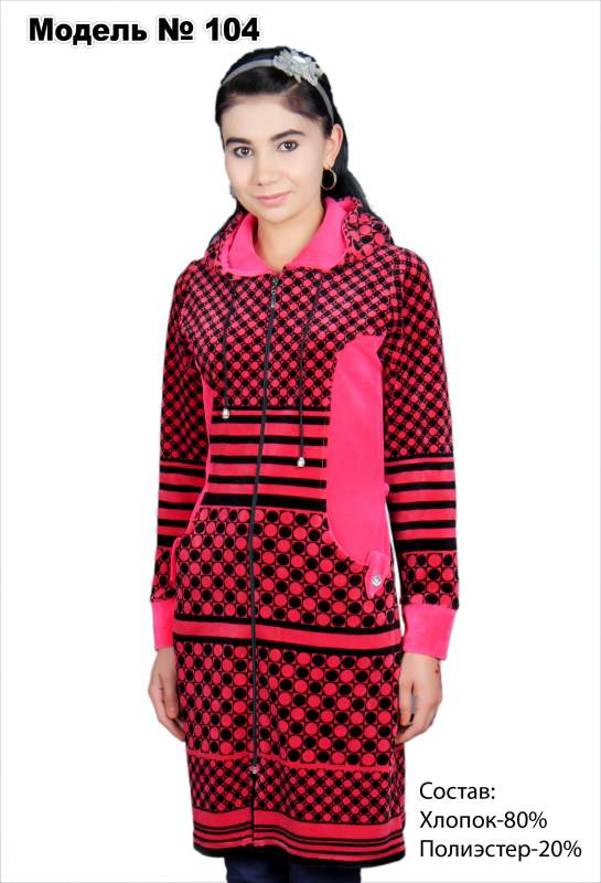 Халат женский укороченный розового цвета с черным узором.