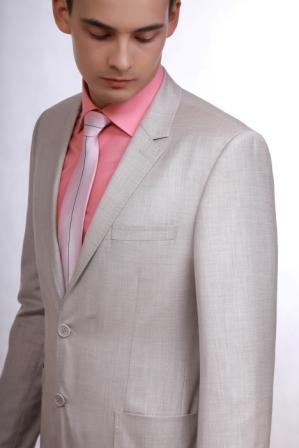 Мужской костюм светлого цвета