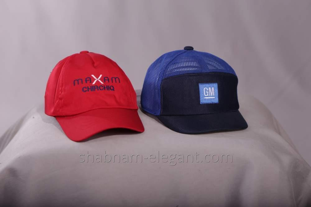 La gorra de béisbol con la marca de fábrica