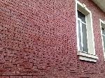 Фрагмент стены дома с использованием плитки,