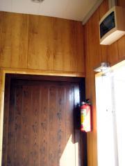 Входная дверь мобильного модуля