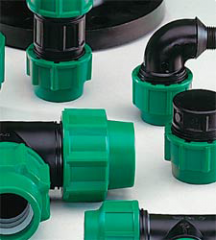 Compression fitting for polyethylene pipes