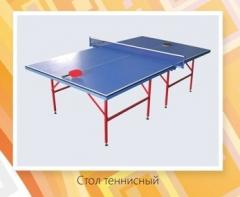 Tennis table with a racket and a grid