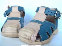 The footwear is children's
