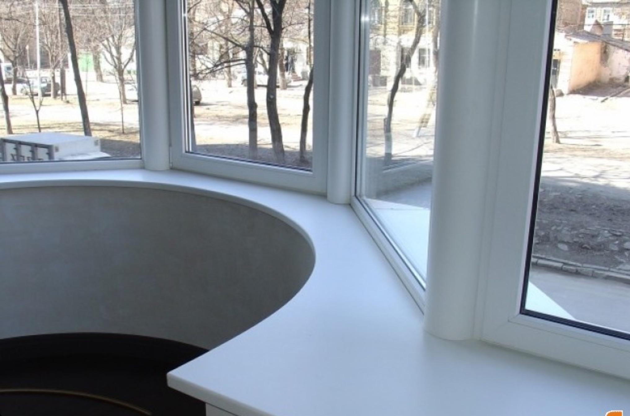Подоконник из искусственного камня на балконе: фото варианты.