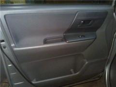 Обшивка передних дверей автомобиля