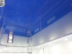 Монтаж натяжного потолка однотонного, глянцевого